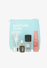 MOISTURE TO GO SET - Skincare set - -