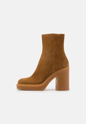 Kotníkové boty na platformě - rodeo