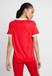 adidas Originals - TEE - T-shirt med print - scarlet - 2
