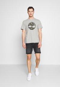 Timberland - KENNEBEC RIVER CAMO TREE TEE - Print T-shirt - medium grey heather - 1