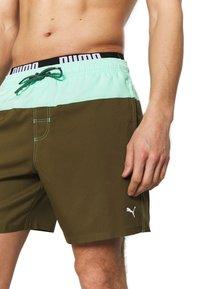 Puma - SWIM MEN LOGO MEDIUM LENGTH - Swimming shorts - olive/mint - 2
