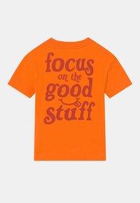 GAP - TODDLER BOY EASY TEE - Camiseta estampada - orange peel - 1