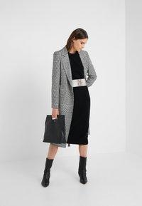 pure cashmere - CREW NECK DRESS - Pletené šaty - black - 1