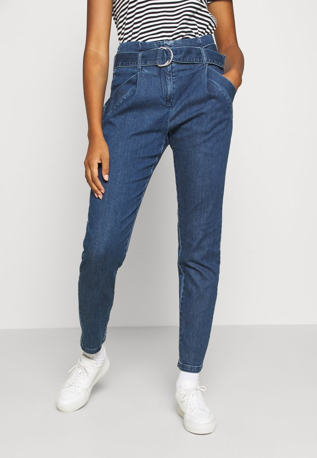 VMBAILEY PAPERBAG BELT - Relaxed fit jeans - medium blue denim