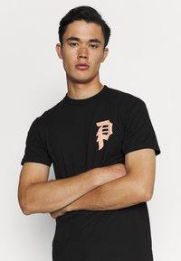 Primitive - ICHIRAKU DIRTY TEE - Print T-shirt - black - 3