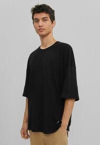 Bershka - OVERSIZED UNISEX - T-shirt - bas - black - 2
