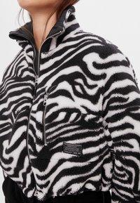 Bershka - Fleecová bunda - black - 3