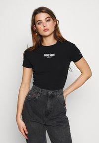 Tommy Jeans - SHORTSLEEVE LOGO BODYSUIT - Triko spotiskem - black - 0