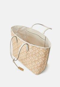 Calvin Klein - SHOPPERLAPTOP POUCH RAFFIA SET - Torba na zakupy - beige - 2