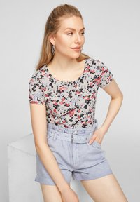 QS by s.Oliver - BLUMENMUSTER - Print T-shirt - apricot aop - 4