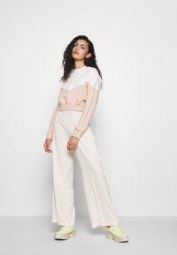 Nike Sportswear - W NSW HRTG CREW FLC - Sweatshirt - shimmer/pale ivory - 1