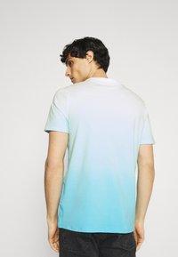 Guess - PALM BEACH TEE - Print T-shirt - water/white dip - 2