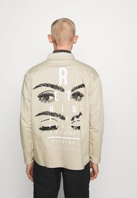 RETHINK Status - JACKET BACKPRINT - Kurtka wiosenna - sand - 2