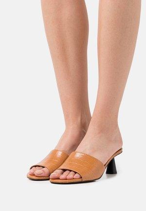 PENELOPE - Pantofle na podpatku - tan
