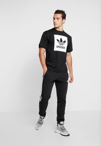 adidas Originals - SOLID - Camiseta estampada - black/white - 1