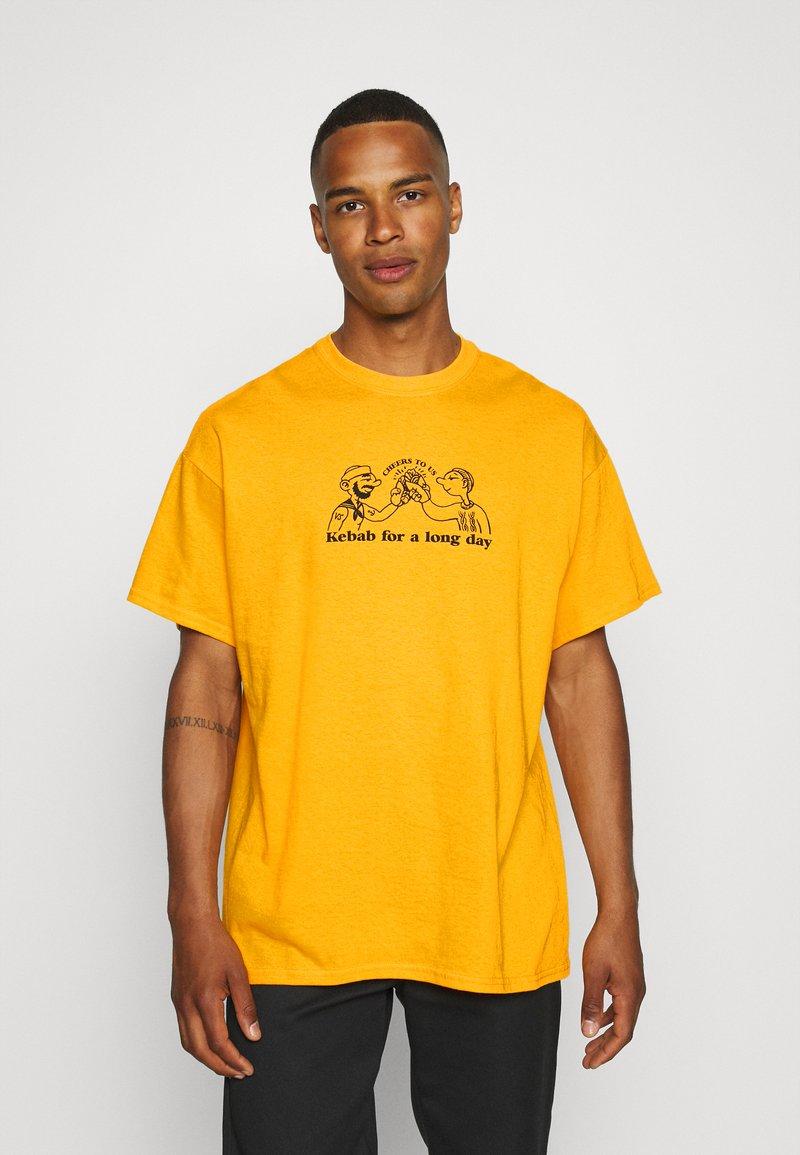Vintage Supply - CHEERS TO KEBAB - Print T-shirt - yellow