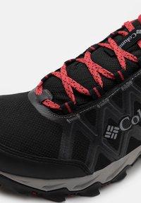 Columbia - PEAKFREAK™ X2 OUTDRY™ - Outdoorschoenen - black/daredevil - 5