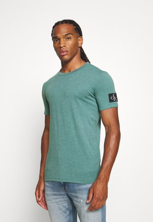 MONOGRAM BADGE GRINDLE TEE - T-shirts basic - vapor green