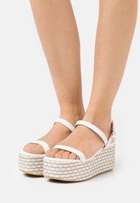 Patrizia Pepe - Sandály na platformě - white/beige - 0