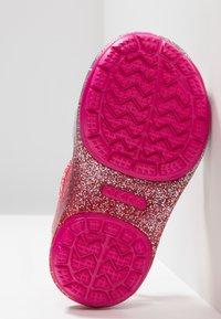 Crocs - ISABELLA CHARM RELAXED FIT  - Sandały kąpielowe - pink ombre - 5