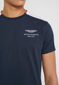 Hackett Aston Martin Racing - AMR TEE - T-shirt z nadrukiem - navy/white - 5