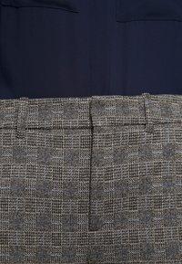 DRYKORN - SEARCH - Kalhoty - grau - 7