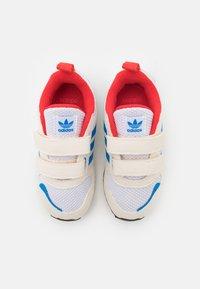 adidas Originals - ZX 700 HD UNISEX - Trainers - footwear white/chalk white/core black - 3