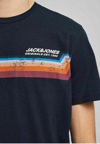 Jack & Jones - JORTYLER TEE CREW NECK  - Print T-shirt - navy blazer - 3