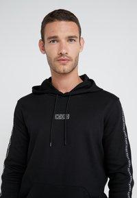 HUGO - DERCOLANO - Bluza z kapturem - black - 3