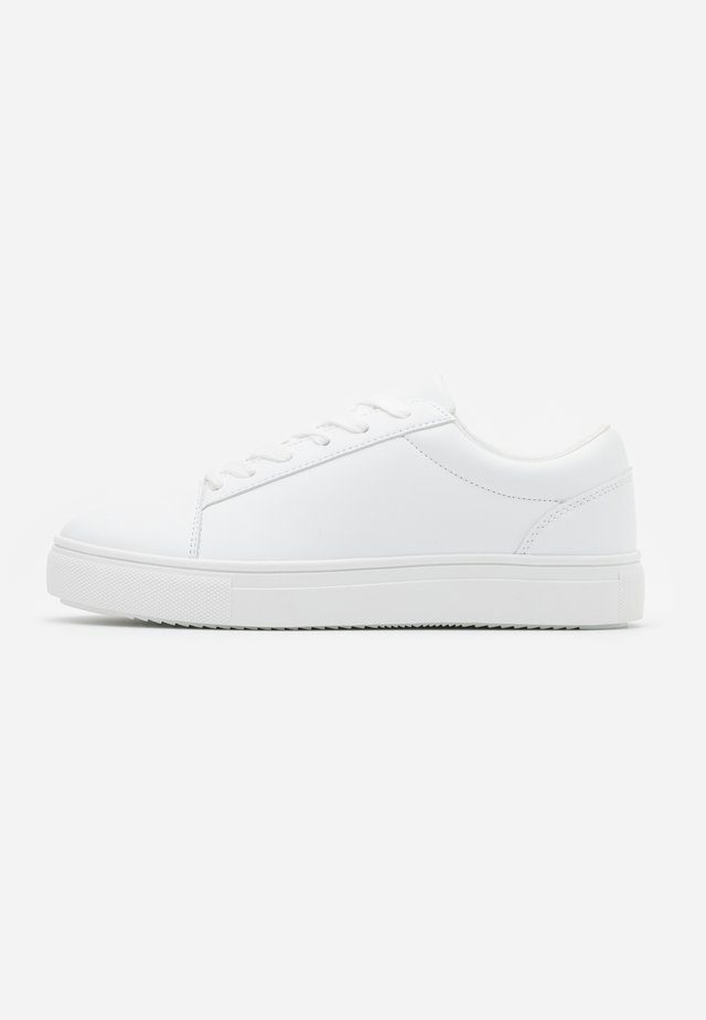 WIDE FIT AIDAN RETRO  - Sneakers basse - white smooth