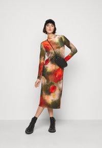 Henrik Vibskov - POLLEN DRESS WET FLOWERS - Žerzejové šaty - multi-coloured - 3