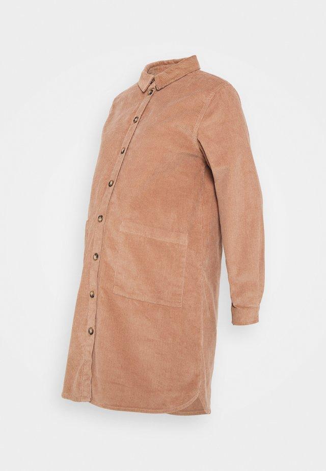 PCMPHOEBE DRESS - Sukienka koszulowa - warm taupe