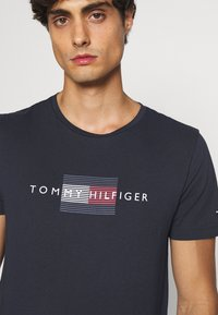 Tommy Hilfiger - LINES TEE - T-shirt med print - desert sky - 5