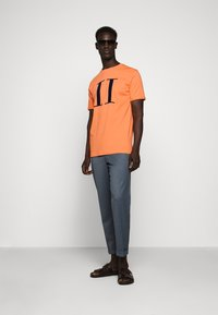 Les Deux - ENCORE  - Print T-shirt - dark papaya/dark navy - 1