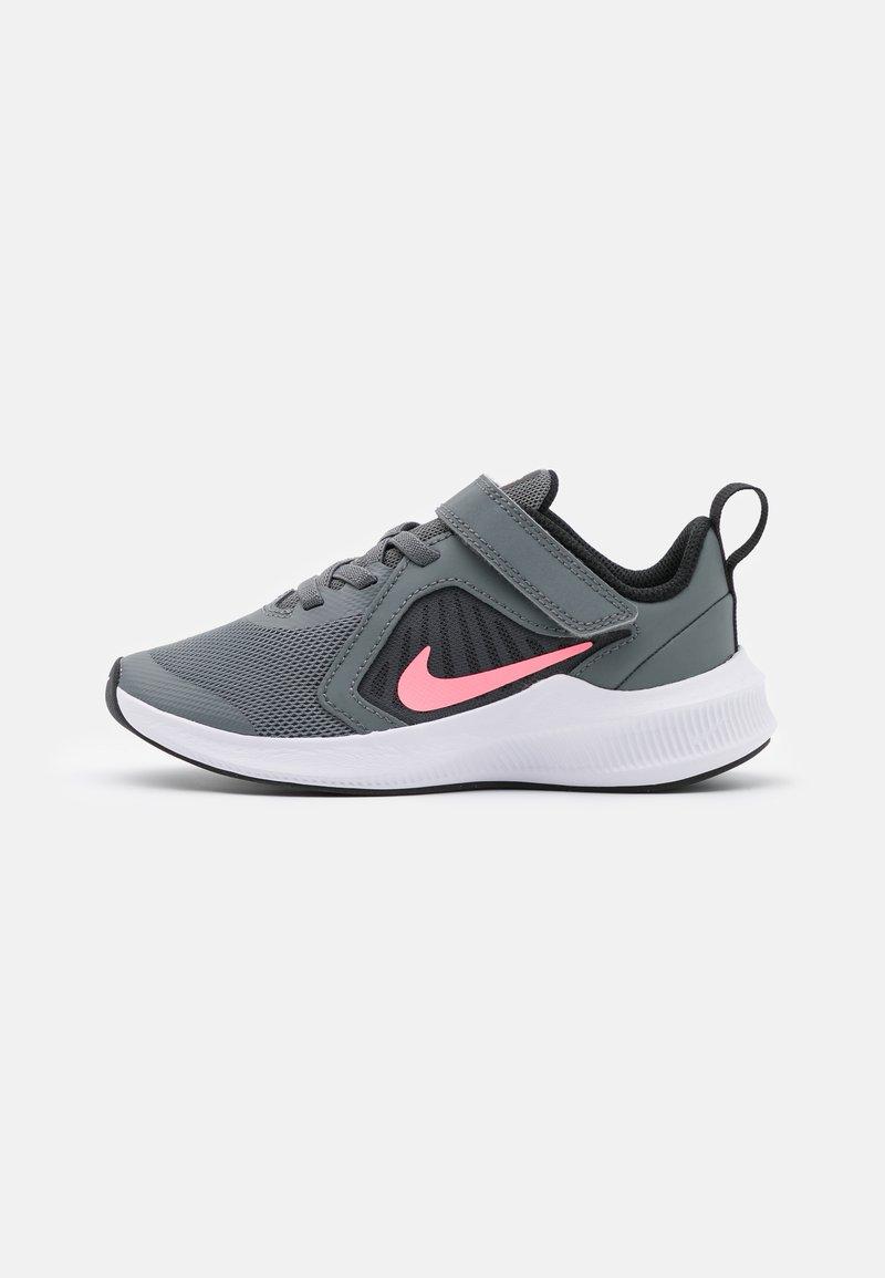Nike Performance - DOWNSHIFTER 10 UNISEX - Zapatillas de running neutras - smoke grey/sunset pulse/black/white