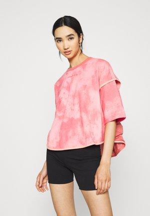 SUMMER FEST VENTED TEE - Print T-shirt - terracotta pink