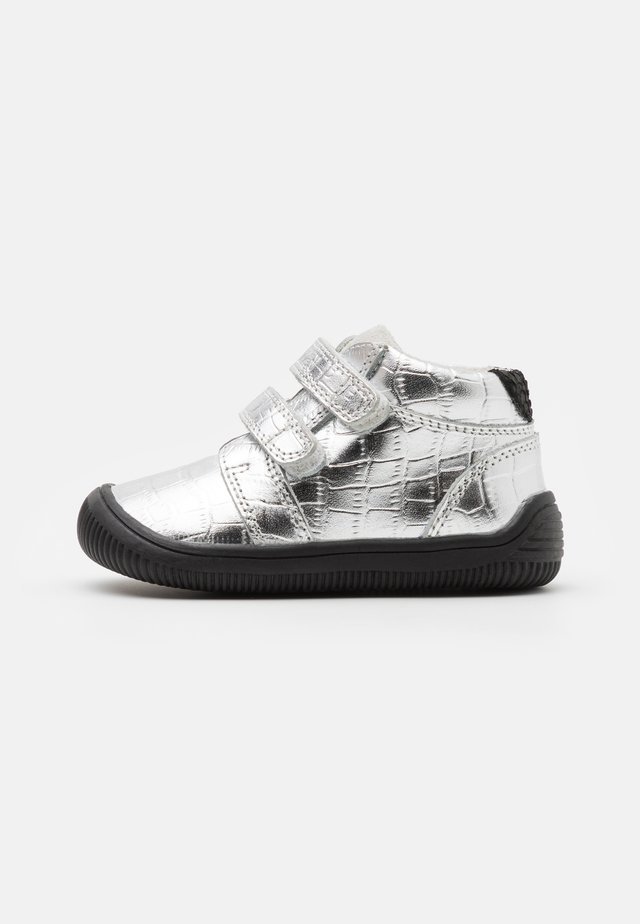 TRISTAN - Lær-at-gå-sko - silver