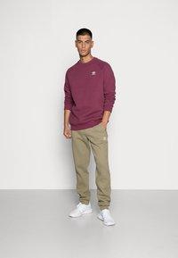 adidas Originals - ESSENTIALS PANT - Pantaloni sportivi - orbit green - 1