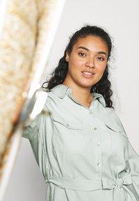 Forever New Curve - SEPS SHIRT DRESS - Košilové šaty - soft sage - 3
