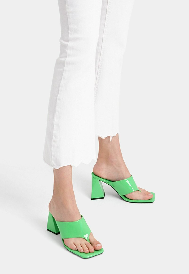 Bershka - Sandály s odděleným palcem - green
