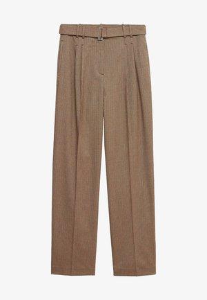 CLAUDI - Trousers - bruin