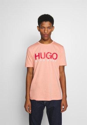 DOLIVE - T-shirt imprimé - light/pastel orange