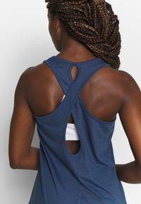 Puma - PUMA TWIST IT WOMEN'S TRAINING TANK TOP FRAUEN - Camiseta de deporte - dark denim - 4