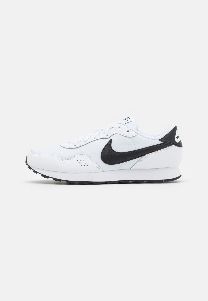 Nike Sportswear - MD VALIANT UNISEX - Zapatillas - white/black