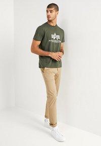 Alpha Industries - RAINBOW  - Print T-shirt - dark oliv - 1