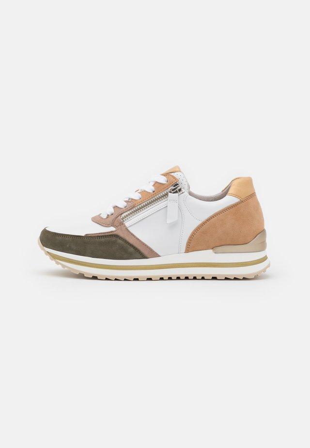 Sneakers laag - weiß/oliv/caramel