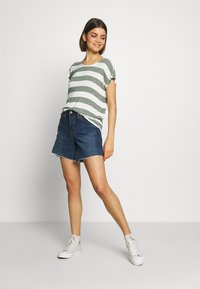 Vero Moda - VMWIDE STRIPE TOP  - Camiseta estampada - laurel wreath/snow white - 1