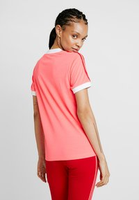 adidas Originals - TEE - T-shirts med print - flash red - 2
