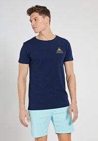 Shiwi - SUNSHINE TRIANGLE - Print T-shirt - dark navy - 2