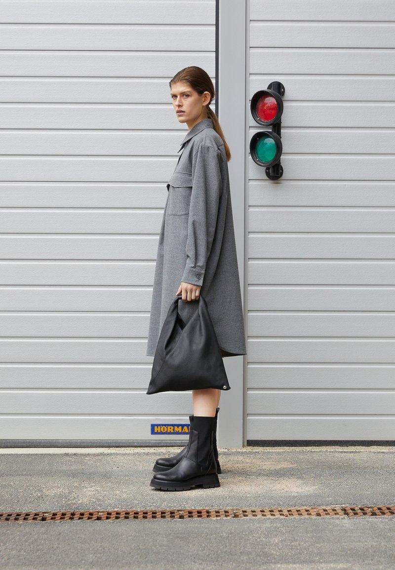 MM6 Maison Margiela - JAPANESE BAG SMALL - Bolso shopping - black
